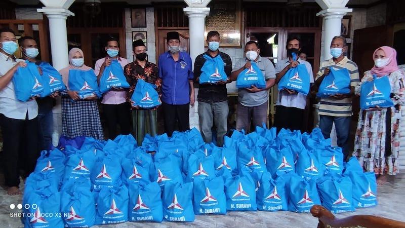 Pembagian paket Sembako Demokrat Peduli di Dapil Bojonegoro oleh Angota FPD DPRD Jatim Surawi.