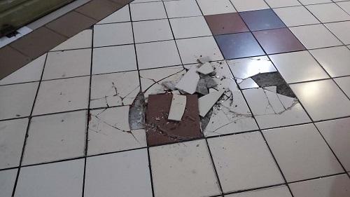 Lantai keramik JMP yang pecah-pecah tak terawat.