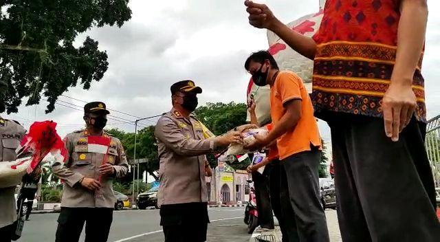Polwan Polres Blitar Kota Bagikan Bansos untuk Abang Becak dan Pedagang