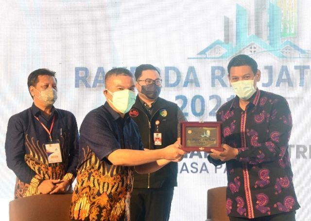 Wali Kota Kediri Raih Penghargaan Karmika Graha Abinaya dalam Rakerda REI Jatim
