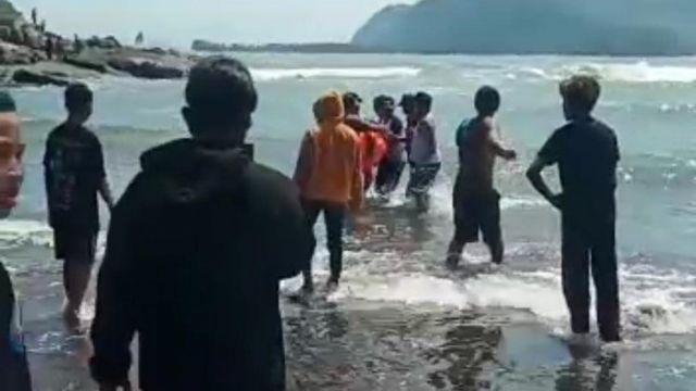 Ayah-anak Tersapu Ombak Pantai Payangan